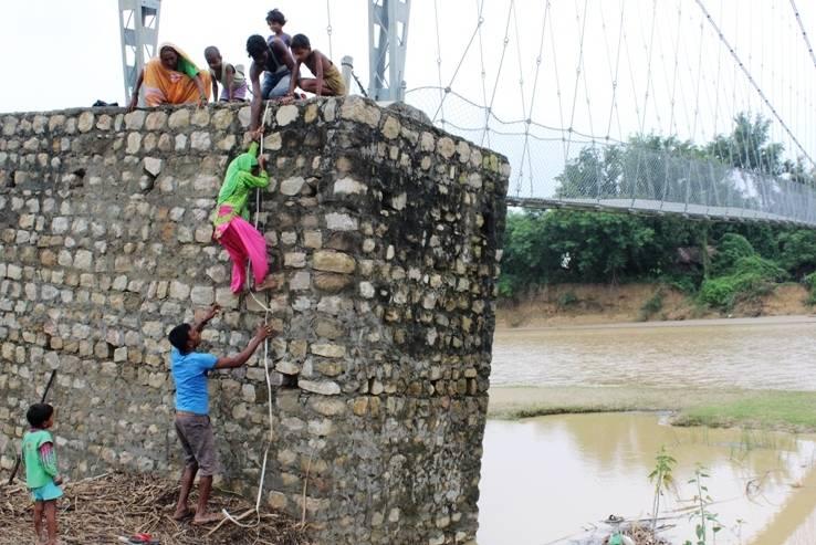 झोलुंगे पुल दुई वर्षमै जीर्ण, जोखिम मोलेर यात्रा गर्छन सर्वसाधारण