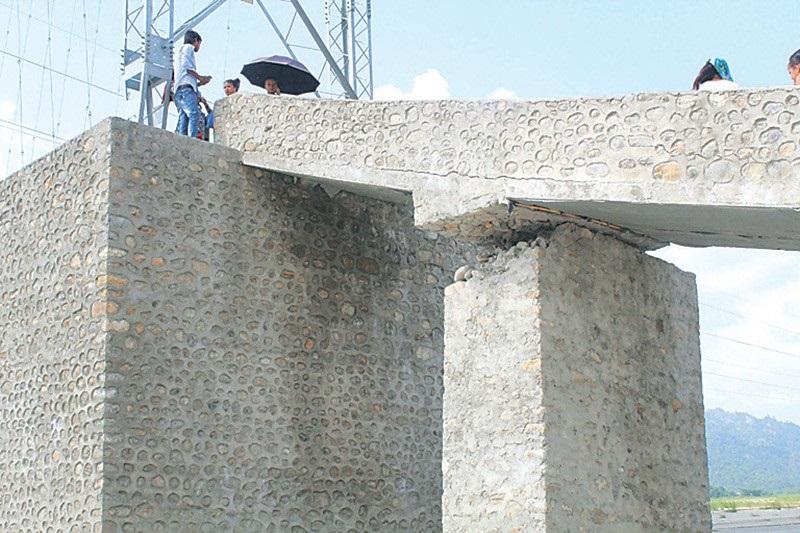 निर्माण सकिएको २ महिना नपुग्दै पुल भत्कियो