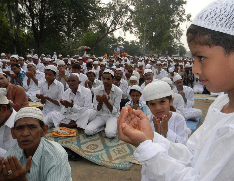 इस्लाम धर्मावलम्बीको महान् पर्व इद उल फित्र पर्व मनाउँदै