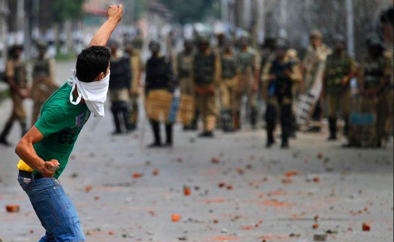 भारत काश्मिरमा थप हिंसा बढ्यो, तीनको मृत्यु